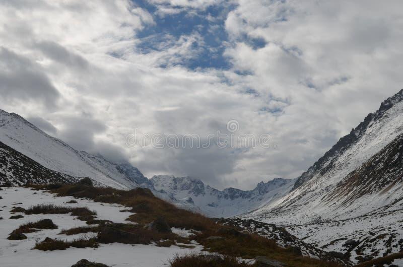 Vista do montanhas nevado com as nuvens no peru da região do Mar Negro imagem de stock royalty free