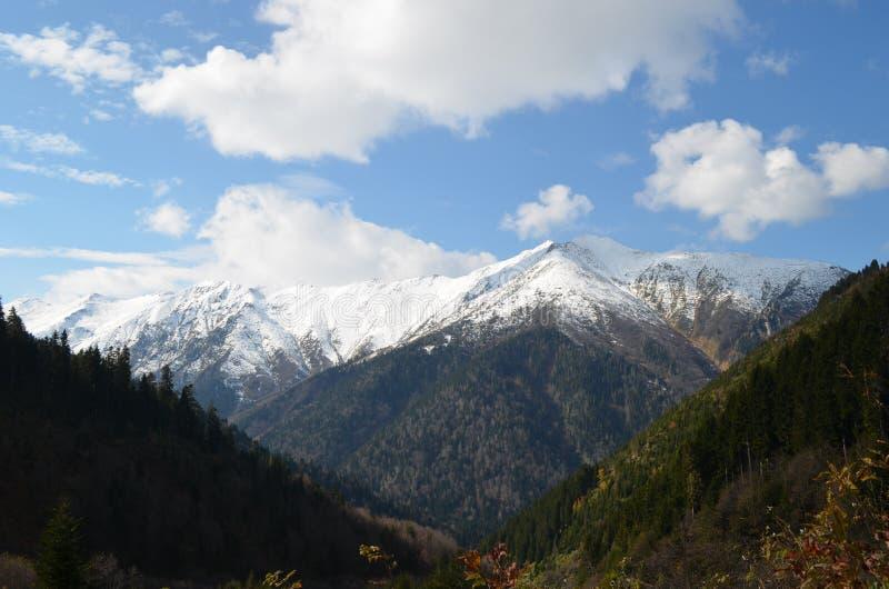 Vista do montanhas nevado no peru da região do Mar Negro fotografia de stock royalty free