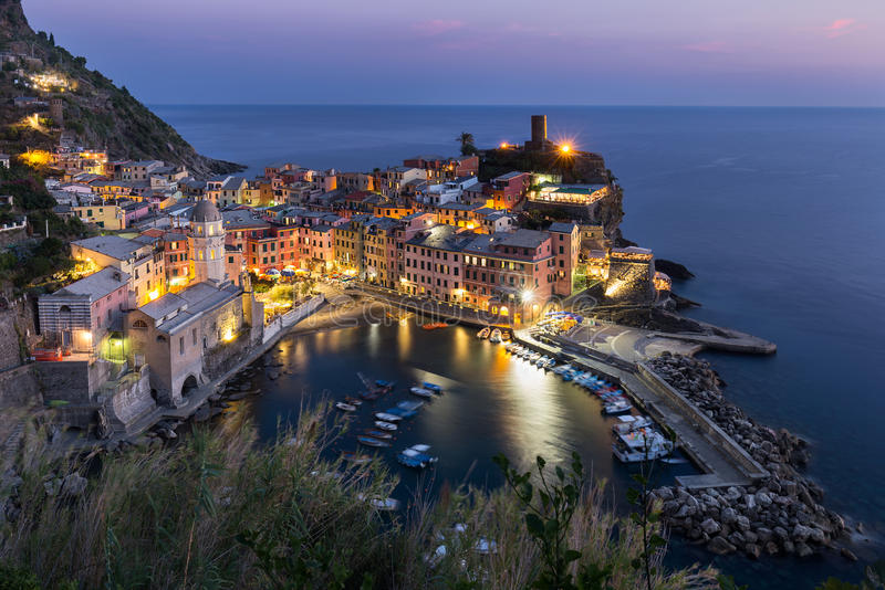 Vista do monte alto de casas de Vernazza e do mar azul, parque nacional de Cinque Terre, Liguria, Itália fotografia de stock