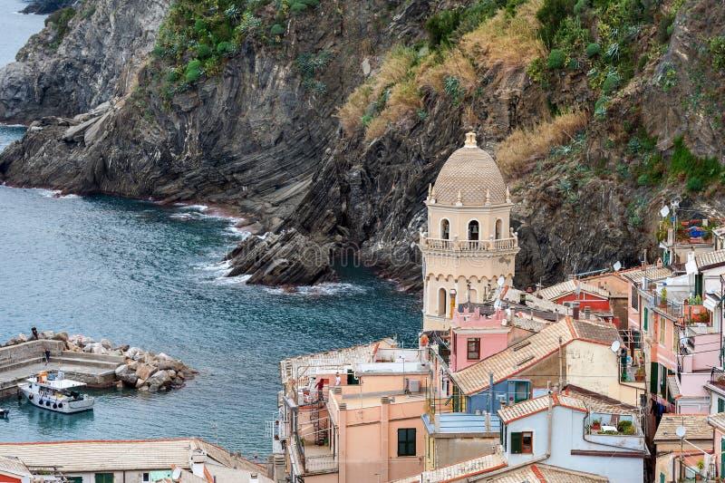 Vista do monte alto em casas de Vernazza e no mar azul, parque nacional de Cinque Terre, Liguria, Itália imagem de stock