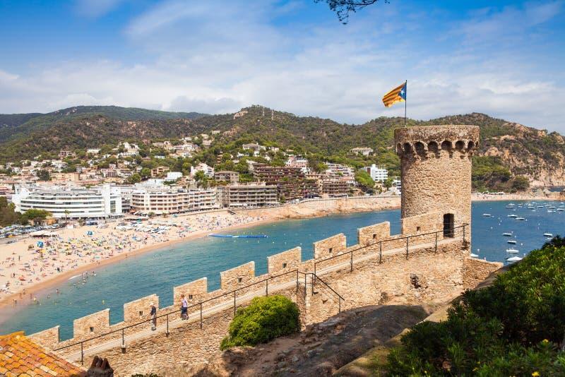 Vista do monte do castelo para a praia Torre do castelo e fragmento das paredes Cidade de Tossa de Mar na Espanha fotos de stock