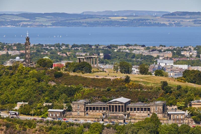 Vista do monte de Calton do parque de Holyrood com o céu azul bonito em Edinbourgh, Escócia, Reino Unido imagens de stock royalty free