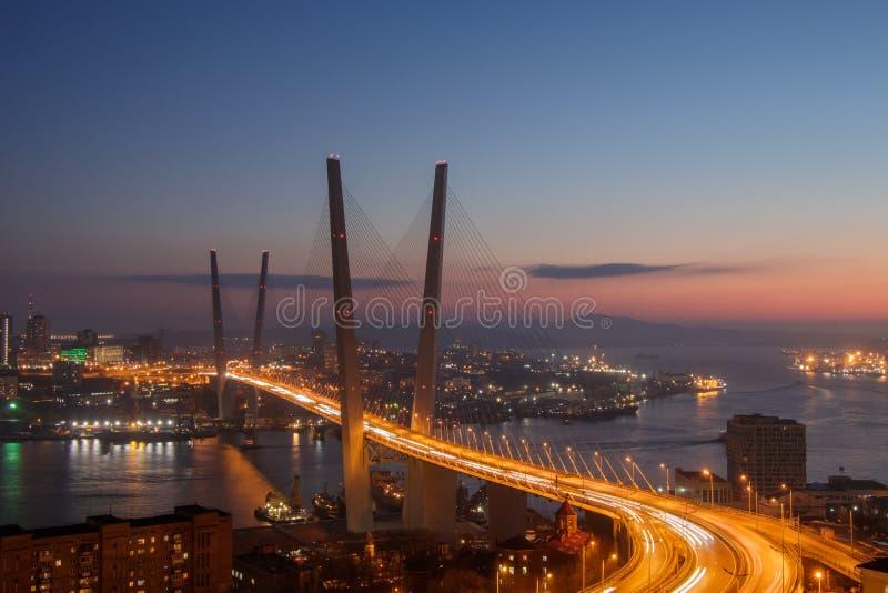 Vista do monte de Eagle à ponte dourada e à cidade dourada da noite da baía do chifre fotos de stock