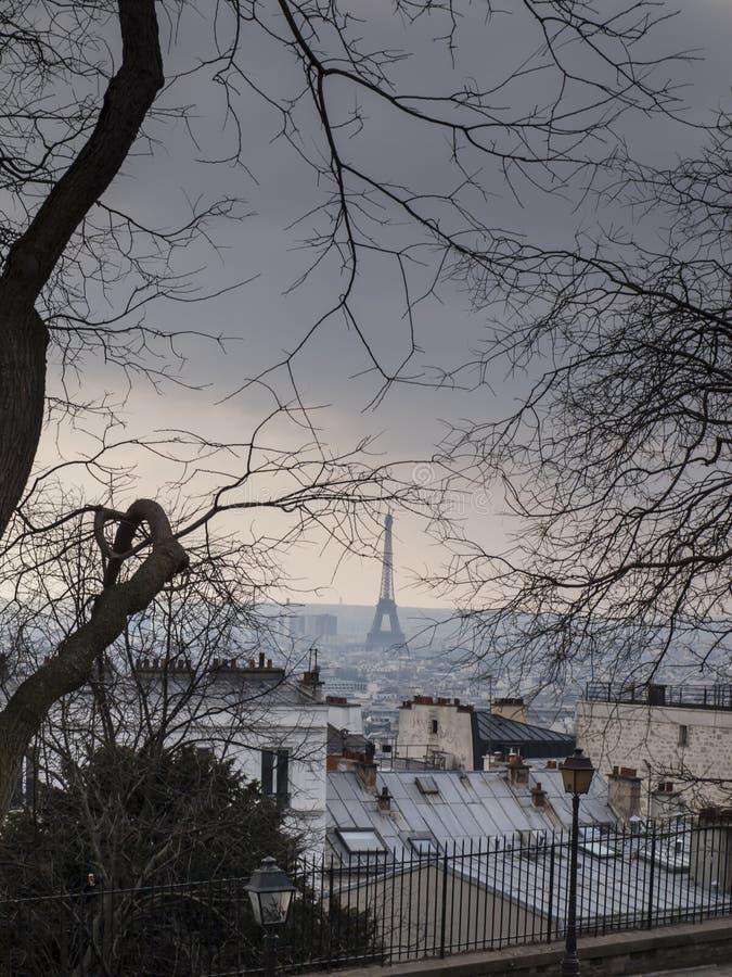 Vista do monte de Montmartre para a torre Eiffel em um dia nebuloso frio imagens de stock