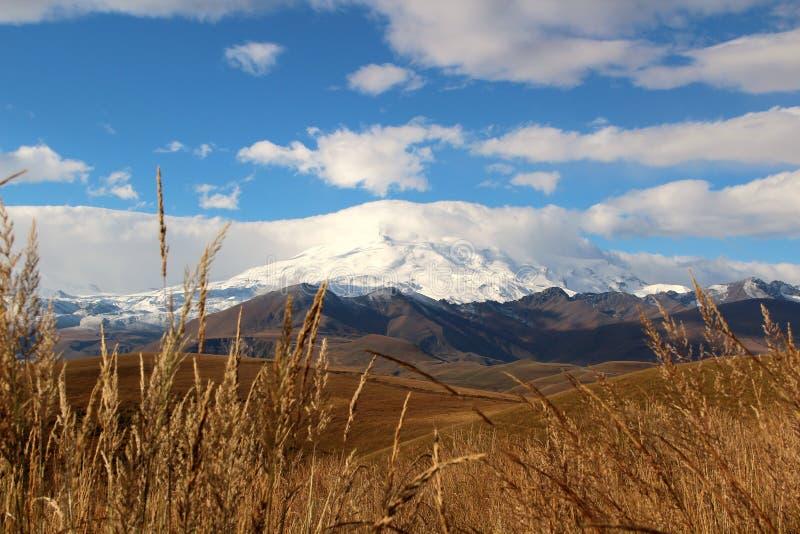 Vista do Monte Elbrus imagem de stock