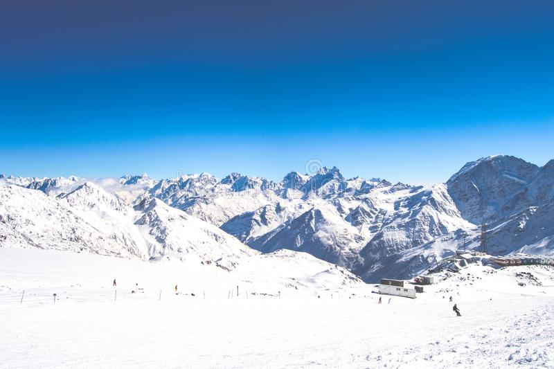 Vista do Monte Elbrus, as montanhas de Cáucaso do norte, Rússia fotografia de stock royalty free