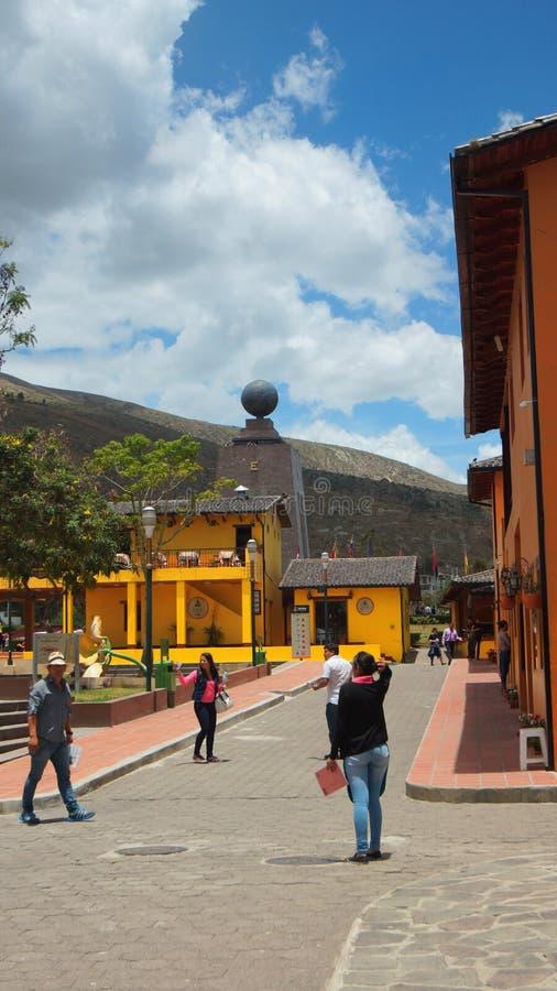 Vista do monumento ao meio do mundo do center turistic de Ciudad Mitad del Mundo próximo da cidade de Quito foto de stock