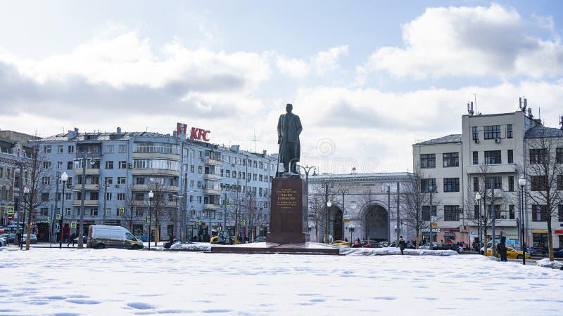 A vista do monumento a Maxim Gorky, era um russo e um escritor soviético, um fundador do método literário do realismo socialista, fotografia de stock