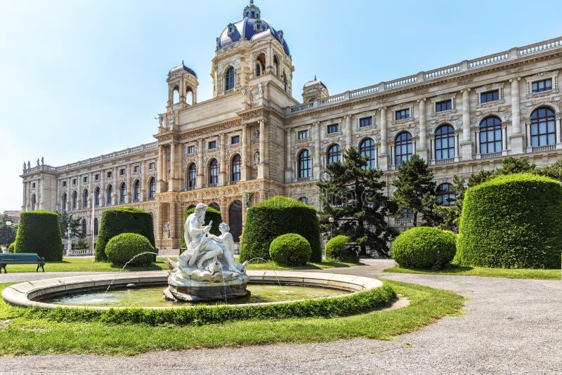 Vista do museu da história natural no parque Maria-Theresien-Platz dentro imagem de stock royalty free