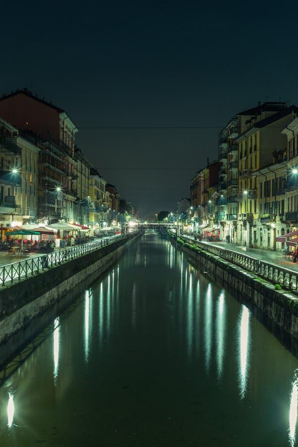 Vista do Naviglio grandioso em Milão na noite - 4 foto de stock