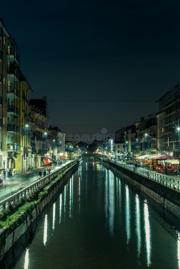 Vista do Naviglio grandioso em Milão na noite - 2 imagens de stock royalty free