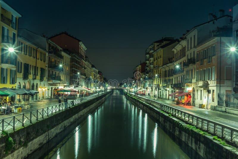 Vista do Naviglio grandioso em Milão na noite - 5 fotografia de stock