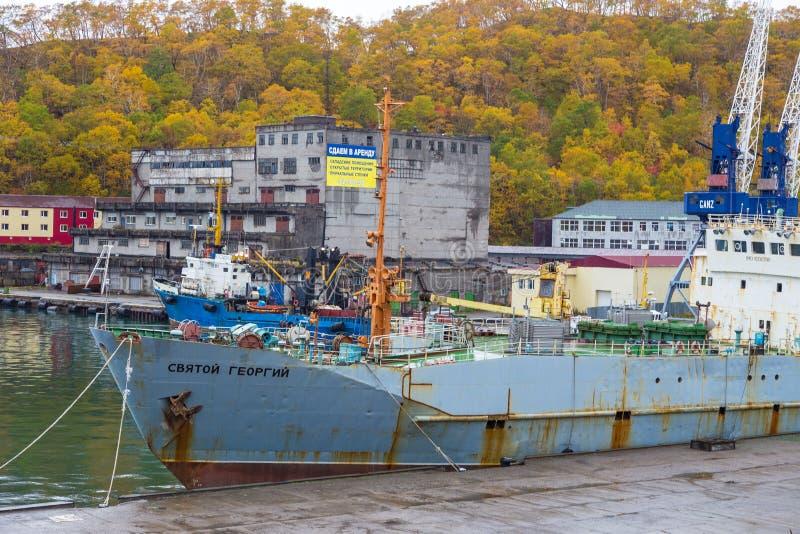 Vista do navio velho, destruído amarrado no porto, Petropavlovsk-Kamchatsky, Rússia imagens de stock royalty free