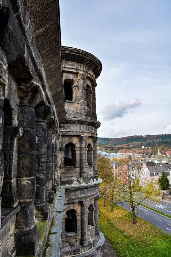 Vista do negro de Porta no Trier no outono, Alemanha fotografia de stock