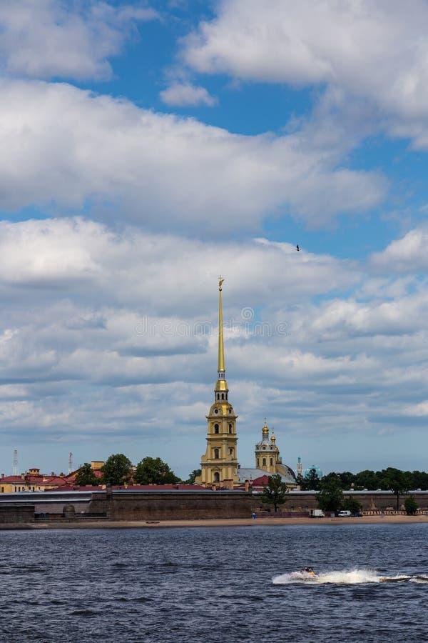 A vista do Neva no Peter e Paul Cathedral famoso e a parede do Peter e do Paul Fortress St Petersburg Rússia fotos de stock