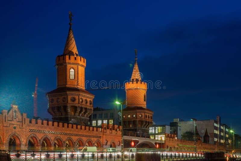 Vista do Oberbaumbruecke e das fugas claras em uma noite fria do outono em Berlim - 2 fotografia de stock royalty free