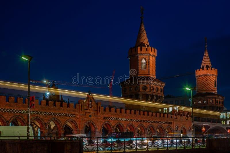 Vista do Oberbaumbruecke e das fugas claras em uma noite fria do outono em Berlim - 3 foto de stock royalty free