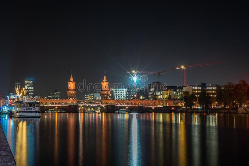 Vista do Oberbaumbruecke e das fugas claras em uma noite fria do outono em Berlim - 6 imagem de stock