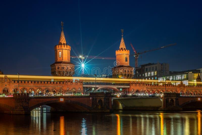 Vista do Oberbaumbruecke e das fugas claras em uma noite fria do outono em Berlim - 5 imagem de stock royalty free