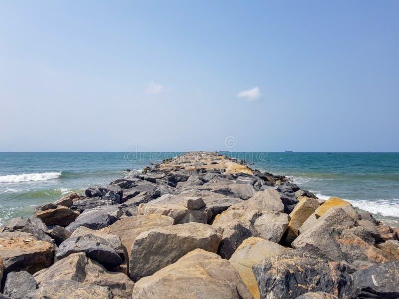 Vista do Oceano Atlântico de um quebra-mar rochoso Estrutura litoral da fortificação e de proteção contructed com as rochas a imagens de stock