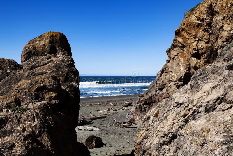 Vista do oceano entre o céu de Cliff And Rock With Blue foto de stock