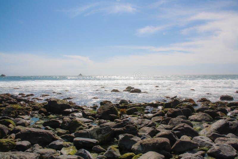 Vista do Oceano Pacífico da estrada 1, Califórnia fotos de stock