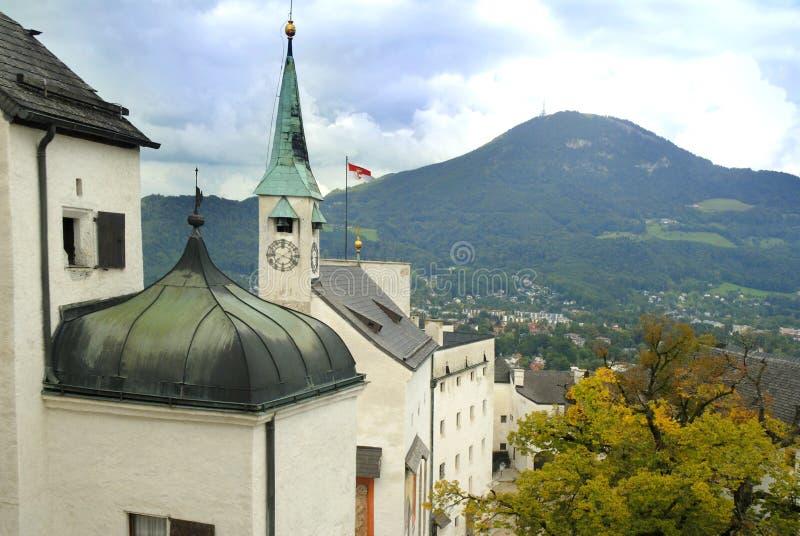 A vista do ot da cidade a fortaleza de Hohensalzburg, Salzburg é a fortaleza a mais completa dos tempos medievais deixados em Eur imagem de stock