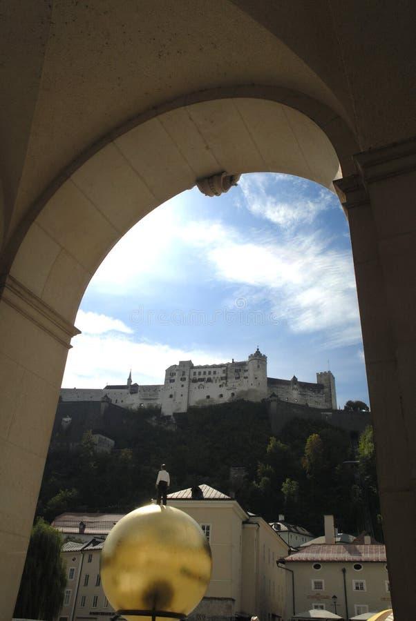 A vista do ot da cidade a fortaleza de Hohensalzburg, Salzburg é a fortaleza a mais completa dos tempos medievais deixados em Eur imagem de stock royalty free