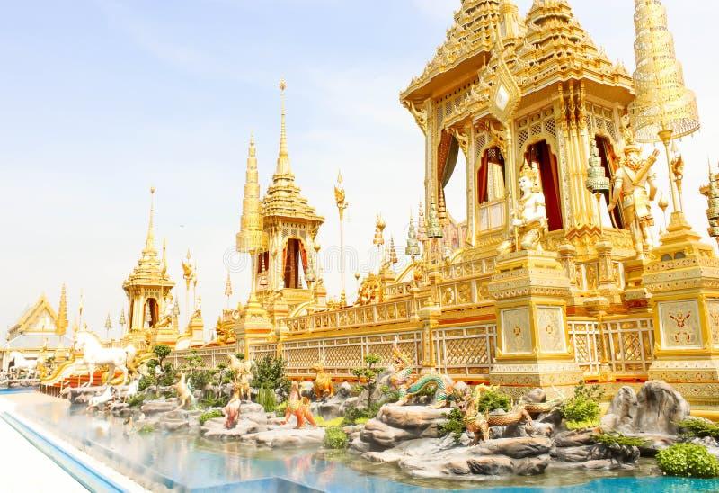 A vista do ouro bonita de algumas estruturas suplementares em torno do crematório real no 4 de novembro de 2017 fotografia de stock royalty free