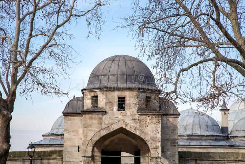 Vista do pátio interior da mesquita de Suleymaniye Porta da entrada do jardim da mesquita fotos de stock