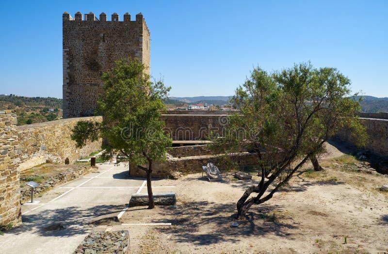 A vista do pátio interno do castelo de Mertola Mertola Porta fotografia de stock royalty free
