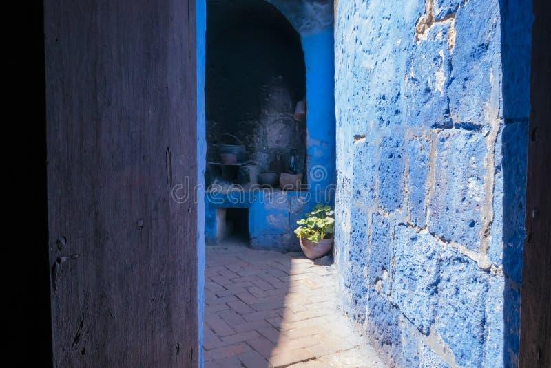 Vista do pátio interno com o monastério AR de Santa Catalina da cozinha fotos de stock