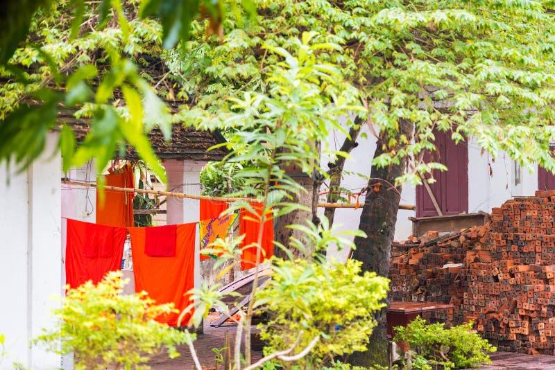 Vista do pátio do templo de Wat Sensoukaram em Louangphabang, Laos Close-up imagens de stock royalty free