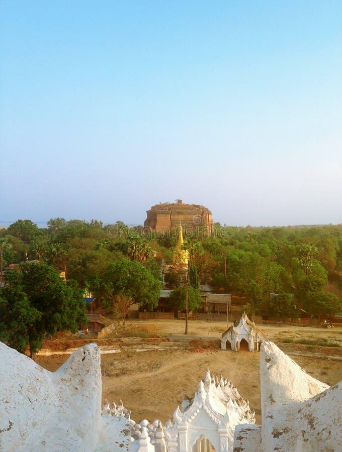 Vista do pagode de Hsinbyume (Myatheindan) imagem de stock royalty free