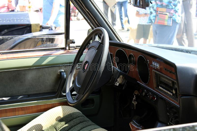 Vista do painel do volante e da cabina do piloto no estilo do vintage Carro retro fotografia de stock