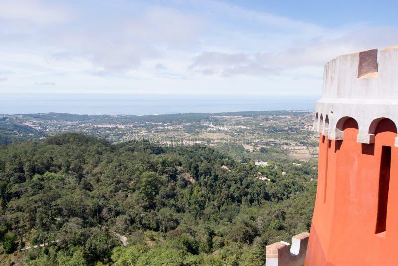 Vista do palácio nacional de Pena do vale de Sintra fotos de stock