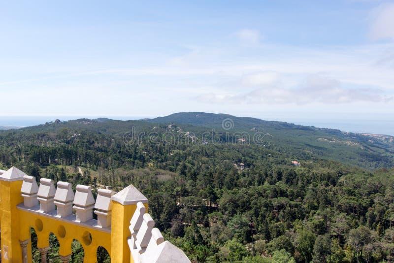 Vista do palácio nacional de Pena do vale de Sintra fotografia de stock royalty free