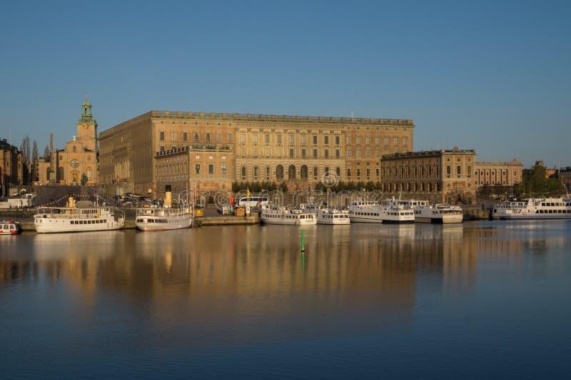 Vista do palácio real de Éstocolmo, Suécia com a grande igreja foto de stock
