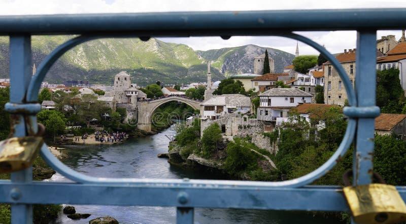 Vista do panorama de Mostar através da cerca de uma ponte portuária de Lucki Most sobre o rio Neretva Mostar, Bósnia fotografia de stock royalty free