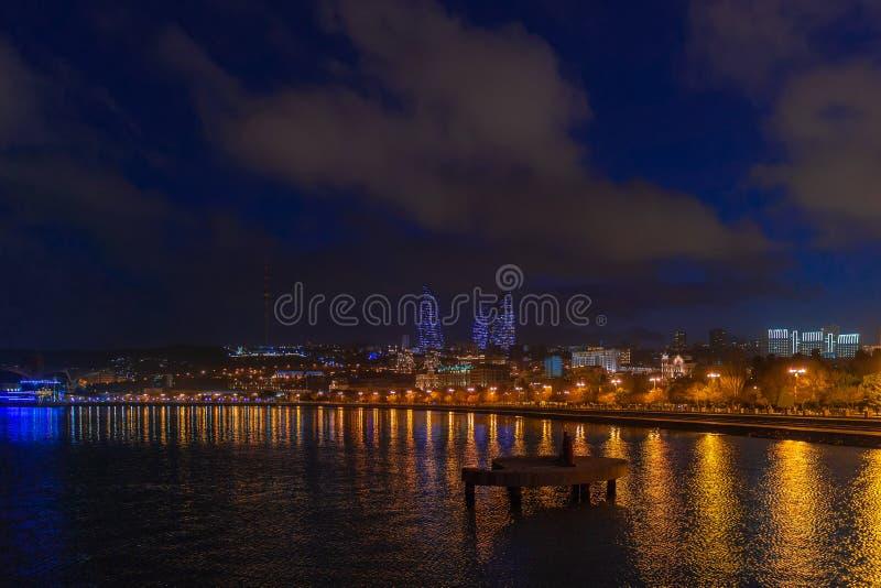 Vista do parque de beira-mar nacional na cidade de Baku, na noite imagens de stock