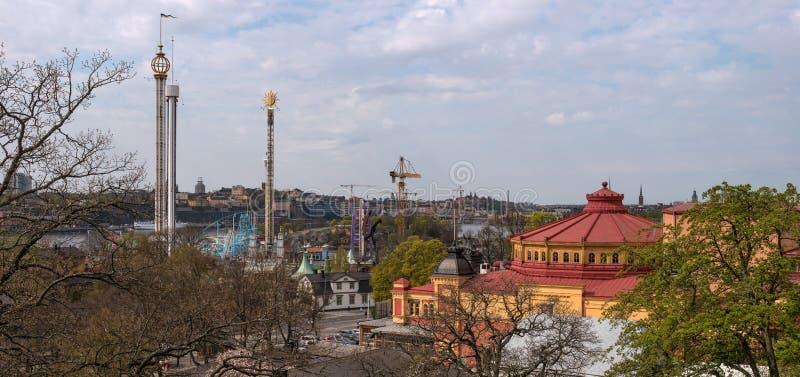 Vista do parque de diversões Grona Lund em Djurgarden e do edifício do circo Do parque Skansen Estocolmo, Suécia imagem de stock