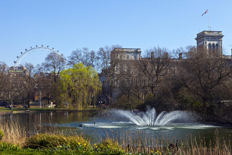 Vista do parque do St. Jamess em Londres fotografia de stock royalty free