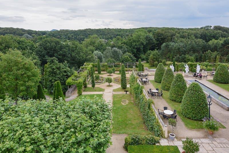 Vista do parque e do terraço do restaurante no parque fotos de stock royalty free