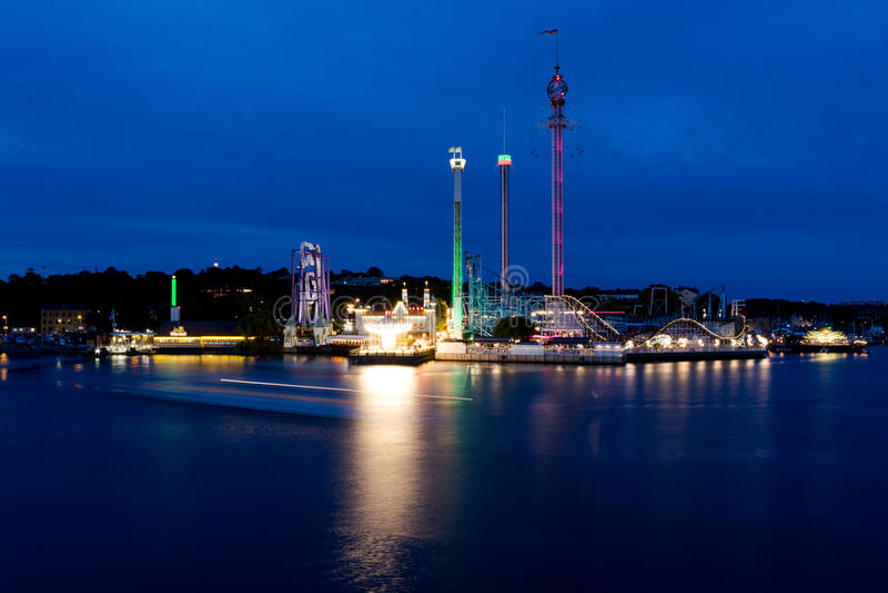 Vista do parque Grona Lunds Tivoli da noite Éstocolmo sweden fotos de stock royalty free