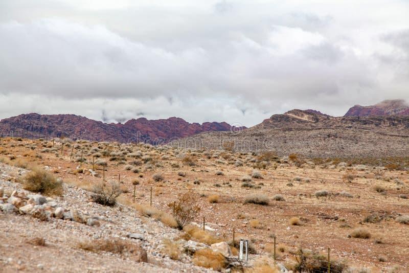 Vista do parque nacional a garganta vermelha da rocha no dia nevoento em nevada, EUA foto de stock royalty free