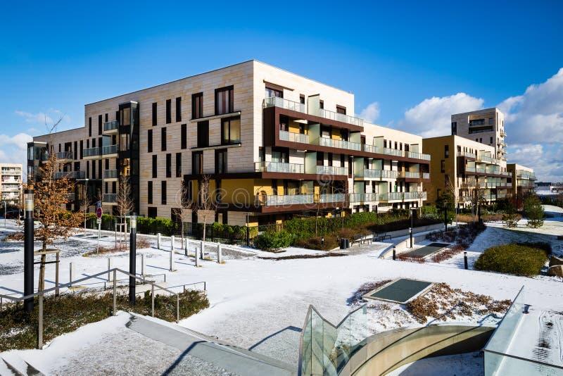 Vista do parque público com bloco de planos moderno recentemente construído foto de stock royalty free