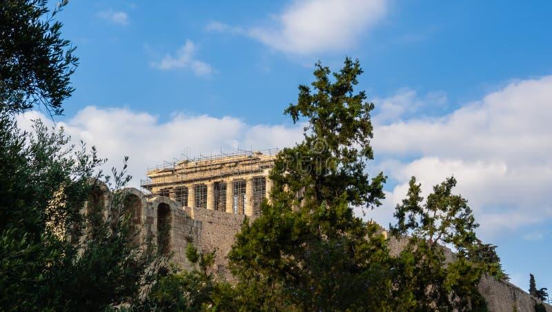 Vista do Partenon acima do monte da acr?pole, Atenas, Gr?cia imagens de stock royalty free
