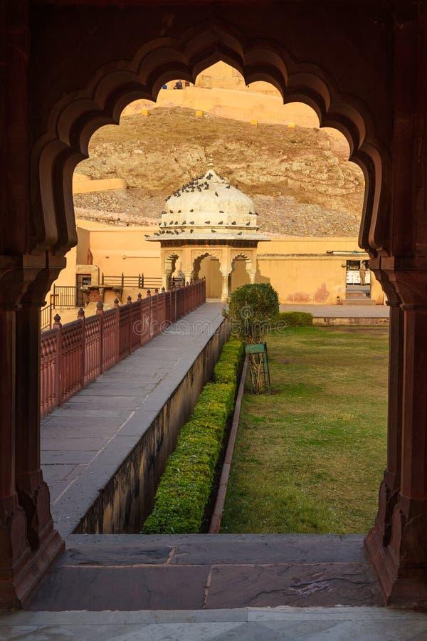 Vista do pavilh?o em Dalaram Bagh, jardim no forte ambarino Rajasthan India imagem de stock royalty free