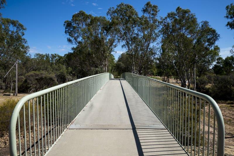 Vista do pedestre de Maali Bridge e da ponte dos ciclistas na cisne Vall foto de stock