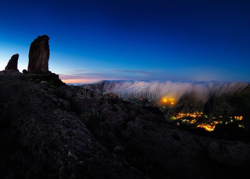 Vista do pico de Roque Nublo e da vila de Artenara na noite foto de stock